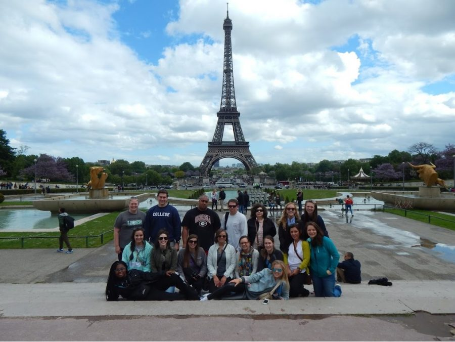 A group of students led by Dr. Julia Schmitz in front of the Eiffel Tower. // Photo Courtesy of Dr. Schmitz.